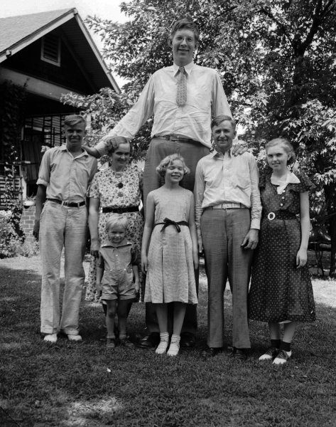 Tallest man in history Robert Wadlow standing beside a car