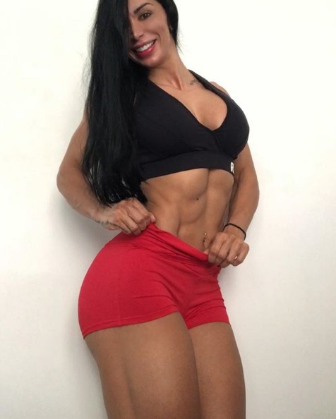 Ana Cozar shows her physique